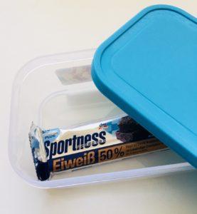 Proteinová tyčinka v krabičce