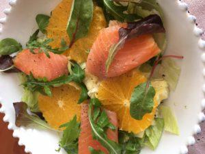SAlát s uzeným lososem a pomerančem
